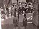 Poválečné skautské středisko Blesk před svou klubovnou (1945)