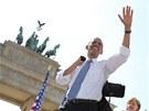 Obama se před příchodem k mikrofonu hojně občerstvoval vodou z PET láhve, hned