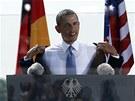 Obama se p�ed p��chodem k mikrofonu hojn� ob�erstvoval vodou z PET l�hve, hned