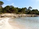 Pláže na jižním pobřeží kolem Son Saury a Galdany mají průzračnou vodu a jsou