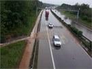 Dálnici D5 zaplavila v pondělí voda a bahno, na čas musela být zcela uzavřená
