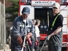 S úklidem následků povodně v Křešicích na Litoměřicku pomáhají hasiči z celé