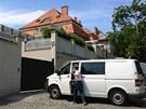 Policejní dodávka před vilou lobbisty a podnikatele Ivo Rittiga na pražských