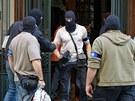 Policie odváží materiály z kanceláře Iva Rittiga v ulici U Prašné brány v