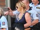 Premiérova spolupracovnice Jana Nagyová v doprovodu policejní eskorty odchází