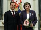 Valentina Těreškovová v roce 2011 s Putinovým náhradníkem Dmitrijem Medveděvem.