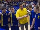 Trenér Andrej Titkov uděluje pokyny, házenkáři Zlína naslouchají.