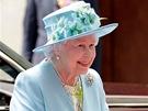 Anglick� kr�lovna Al�b�ta II. miluje vesel� barvy oble�en� i klobouk�. Ani p�es...