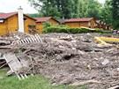 Rozvodněná Berounka za sebou v Zadní Třebani zanechala mimo jiné zničený kemp.