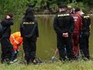 Tělo se zachytilo o větve stromu vyčnívajícího z řeky.
