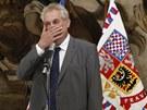 Prezidenta Miloše Zemana při představování čísla účtu nadačního fondu na