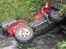 Opilý řidič nezvládl v Bedřichově na Šumpersku řízení čtyřkolky, sjel do potoka