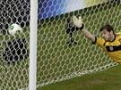 Iker Casillas ze Španělska pustil za svá záda míč po střele Luise Suáreze z