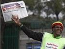 Je čas nechat ho jít. Kamelot prodává výtisk Sunday Times s výzvou Mandelova