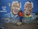 Díte stojí před kresbou na jednom z domů v Sowetu v Johannesburgu.