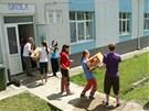 Děti vykládají léky a ošacení ze sbírky pro Banát.