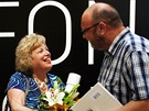 Stotisící návštěvnice Muchovy výstavy Sharon McCarthy Allenová přebírá ceny od