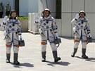 Trojice čínských kosmonautů před letem lodí Šen-čou-10 (Zleva Wang Ja-pching,