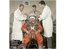 Těreškovová při oblékání skafandru, pomáhá German Titov, který stojí uprostřed