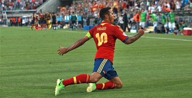 �pan�lský fotbalista Thiago Alcántara se raduje z jednoho ze svých gól� ve...