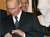 Vladimir Putin si na snímku z roku 2005 nasazuje prsten, který měl údajně...