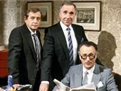 JIST�, PANE MINIST�E. Nigel Hawthorne jako Sir Humphrey Appleby (uprost�ed)