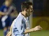 Argentinská superhvězda Lionel Messi (vlevo) s míčem, sledován guatemalským