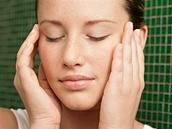 Reflexní masáž obličeje pomáhá od svalového napětí způsobeného stresem i od