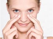 S pomocí reflexní masáže obličeje můžete efektivněji aplikovat pleťový i oční