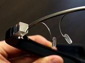 Optický hranol promítá obraz lehce nad běžné zorné pole, pro používání brýlí je...