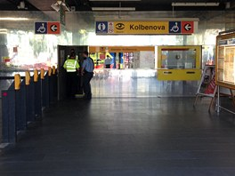 Prázdná hala při vstupu do stanice metra Kolbenova