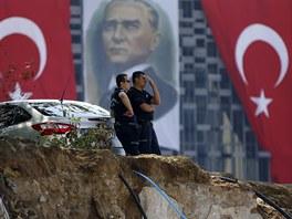 Turecká policie hlídá vstup na Taksimské náměstí (17. června)