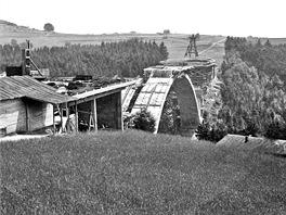 Most přes údolí potoka Šmejkalka v době zastavení stavby v roce 1943. Pravý