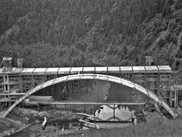 Most přes údolí Želivky v době zastavení stavby v roce 1943