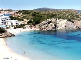 Pláže ve středisku Arenal d'en Castell upoutají především nádhernou scenérií.