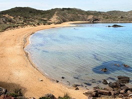 Pláže s červeným pískem najdete nedaleko mysu Cap de Cavalleria. Okolo nejsou