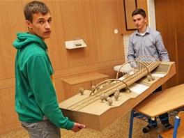 Erik Chuděj (vlevo) a Jiří Forman přinášejí svůj model mostu z vlnité lepenky.