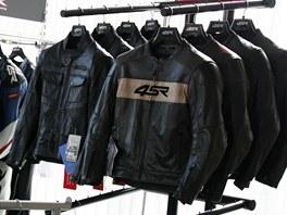 Pachatelé odcizili i různé oblečení na motocykl jako jsou kožené bundy,
