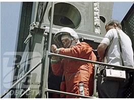 Těreškovová před nástupem do výtahu vobslužné věži startovací rampy, který ji