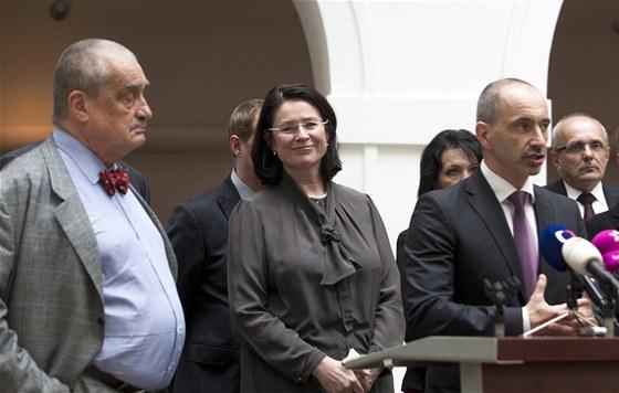 Karel Schwarzenberg, Miroslava Němcová a Martin Kuba při tiskové konferenci