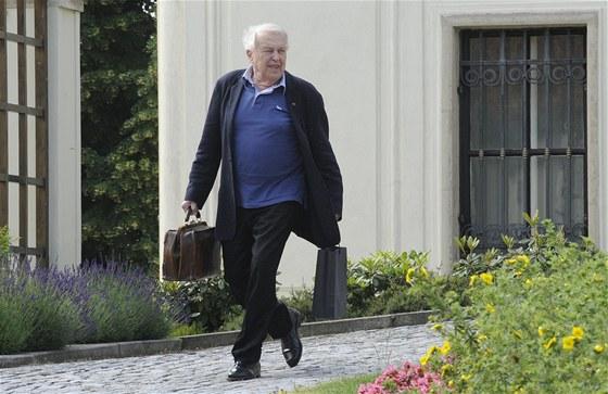 Spisovatel Pavel Kohout odchází z jednání s Jiřím Rusnokem.