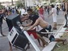Protestující poráží dopravní signalizaci během nepokojů v Brazílii (20.6. 2013)