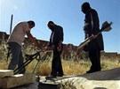 Provincie Idlíb. Syrští rebelové odpalují podomácku vyrobené rakety (18. června