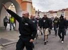 Policist� se sna�� zabr�nit tomu, aby se dav demonstrant� na s�dli�t� M�j, kde