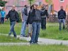 Extremisté pokřikovali na Romy v domech, aby vyšli na ulici.