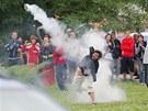 Demonstrant odhazuje dýmovnici při demonstraci v Českých Budějovicích (29.