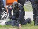Policista zadržuje demonstranta v Českch Budějovicích (29. června 2013)