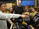Novin��i na leti�ti v Moskv� ukazuj� pasa��r�m letu z Hong Kongu Snowdenovu
