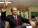 Současný pravicový premiér Salim Berisha vhazuje hlasovací lístek do urny (23.