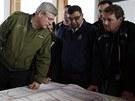 Kanadský ministerský předseda  Stephen Harper si prohlíží mapu zasažené oblasti